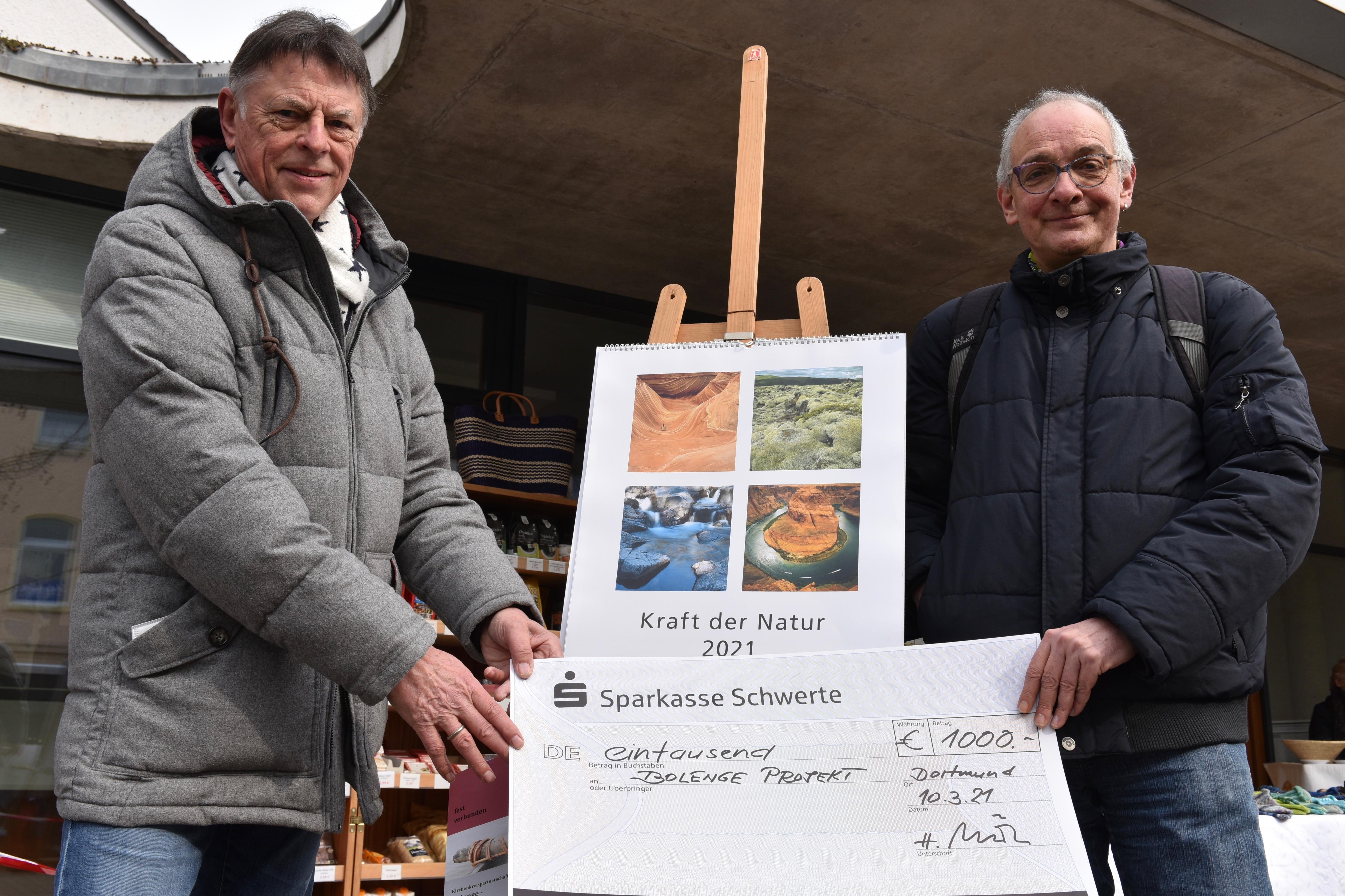 Spendenübergabe Bolenge Heiner Möller (li) Pfarrer Bernd Hühmer